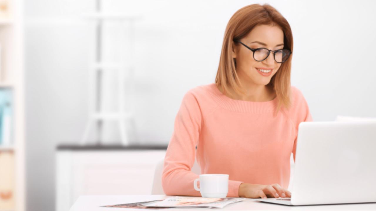 pink-shirt-woman-laptop-content-marketing