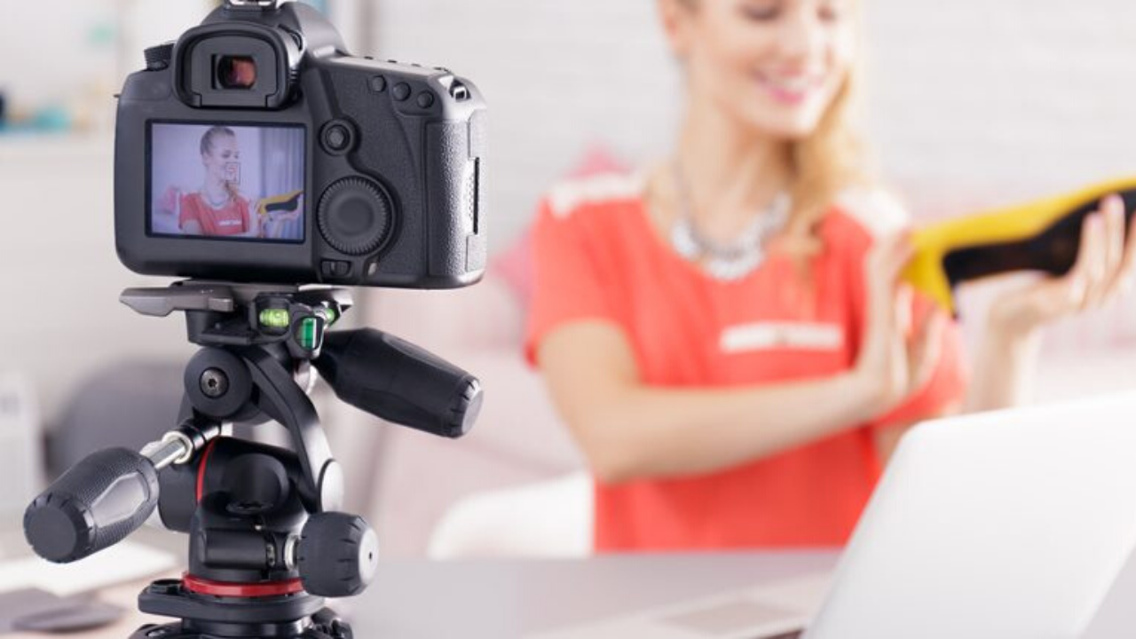 video-marketing-camera-woman-pink